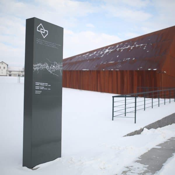 Pylon Muzeum Ulmów w Markowej